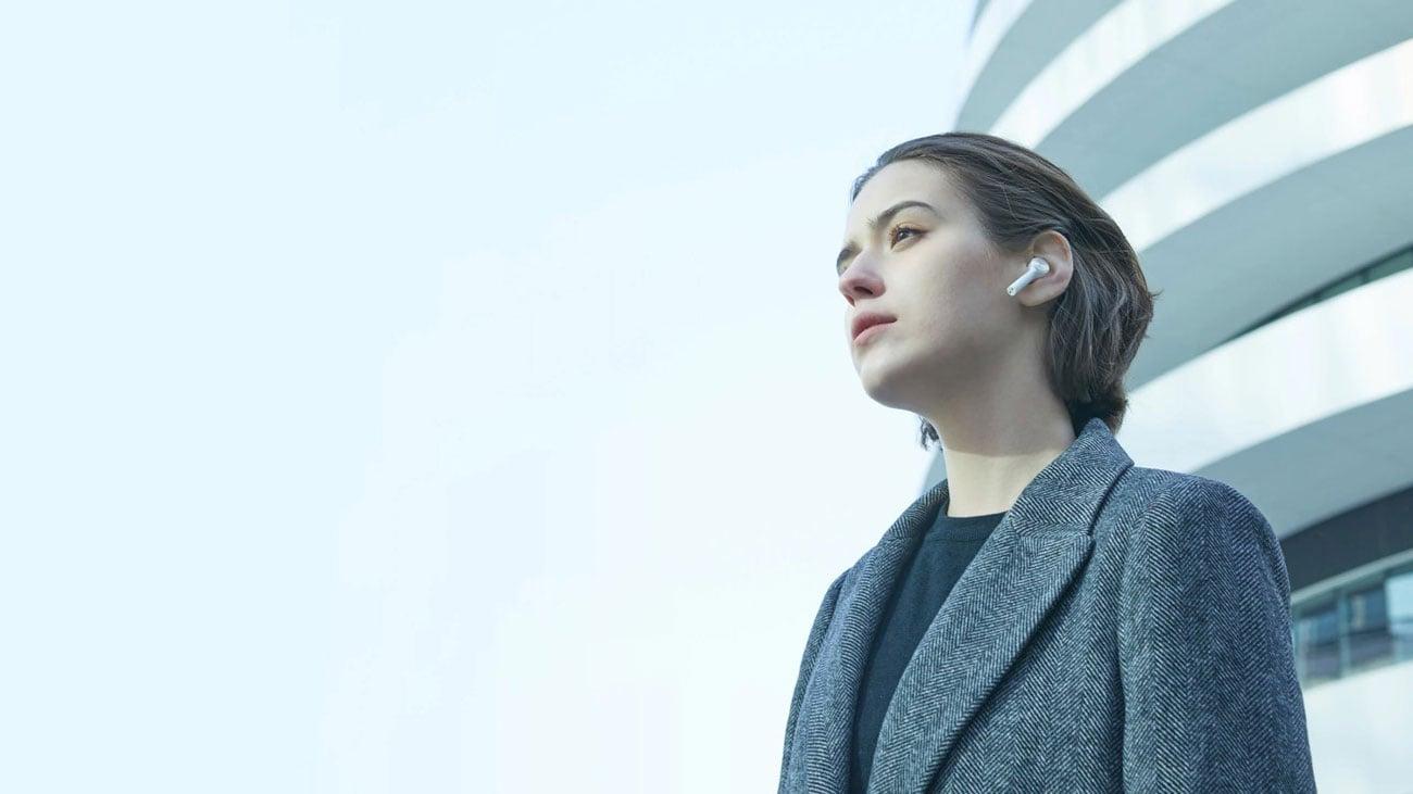 Der Kopfhörer mit den eingebauten Mikrofonen XIAOMI Mi True Wireless Earphones Lite